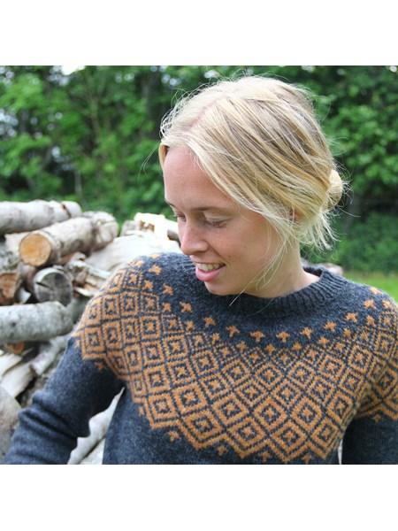 Søsster Fie garnkit - moderne sweater med grafisk mønster - strikkeopskrift og garn