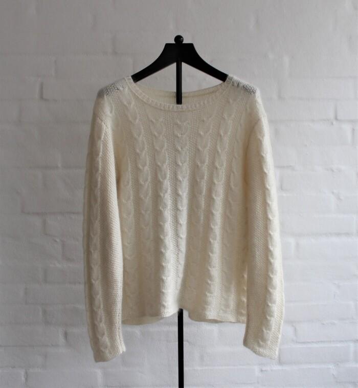 Hvid-bluse-med-snoninger-garnkit
